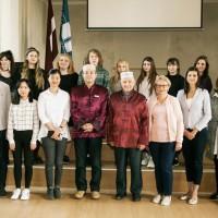 拉脱维亚大学孔子学院院长在雷泽克内大学孔子课堂颁发结业证书