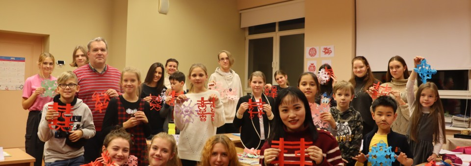 Confucius Classroom at Riga Culture Secondary School successfully held the paper-cutting cultural activity