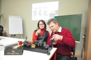 学生吉乐和她的丈夫一起体验泡茶的过程