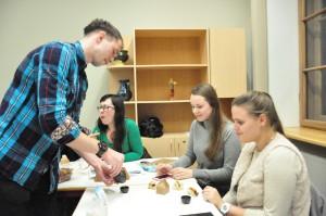 学生艾力克帮忙倒茶给现场的学生