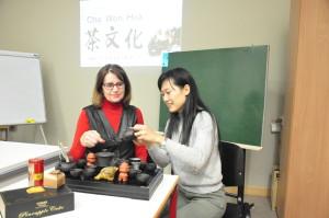 汉语老师梁铭轩和学生吉乐一起体验泡茶过程