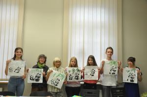 学生展示熊猫国画作品