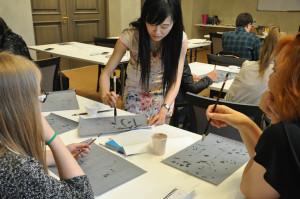 汉语老师现场展示如何写书法