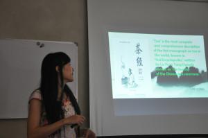 汉语老师进行茶文化讲座知识讲解