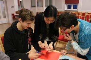 孔院教师与本土教师共同指导学生剪纸