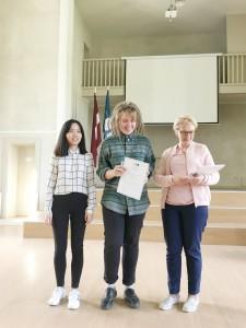 学生获得结业证书