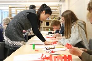 汉语教师辅导剪纸