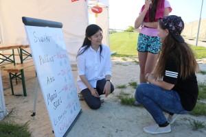 认真与老师学习汉语的拉国人