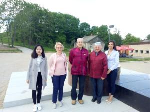 雷泽克内大学中文部负责人安德娜女士引导拉脱维亚大学孔院一行人参观雷泽克内