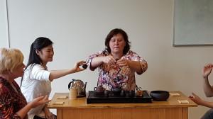 学生体验茶艺