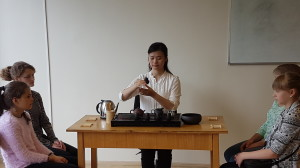 学生欣赏茶艺