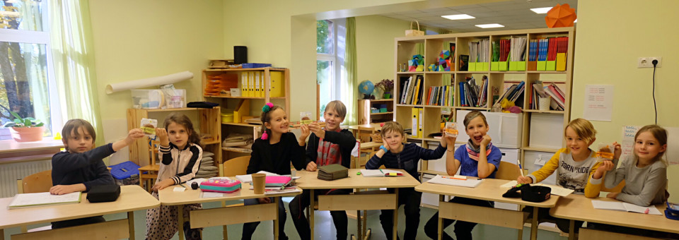 Children in Latvia celebrate the Mid-Autumn Festival, enjoy the strong atmosphere of this Festival